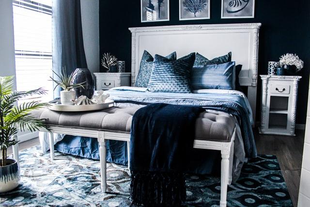 granatowa sypialnia w marinistycznym stylu