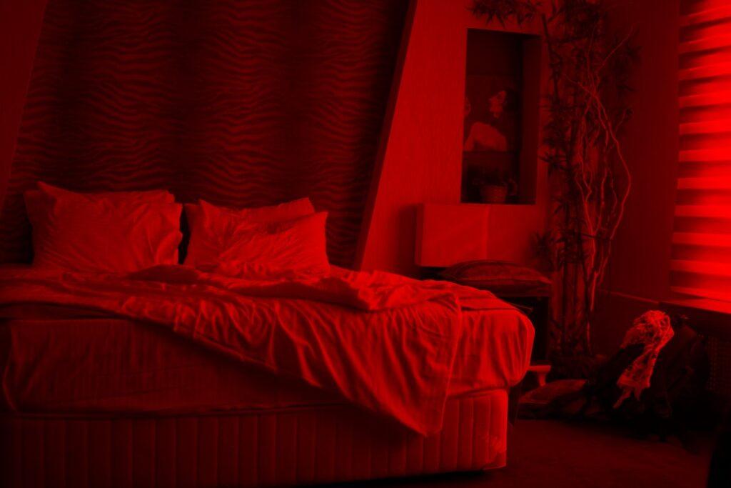 czerwona posciel w sypialni 1024x683