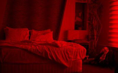 czerwona posciel w sypialni 400x250